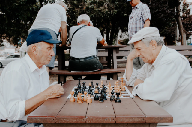 4 Ways for Seniors to Socialize Regularly and Avoid Isolation